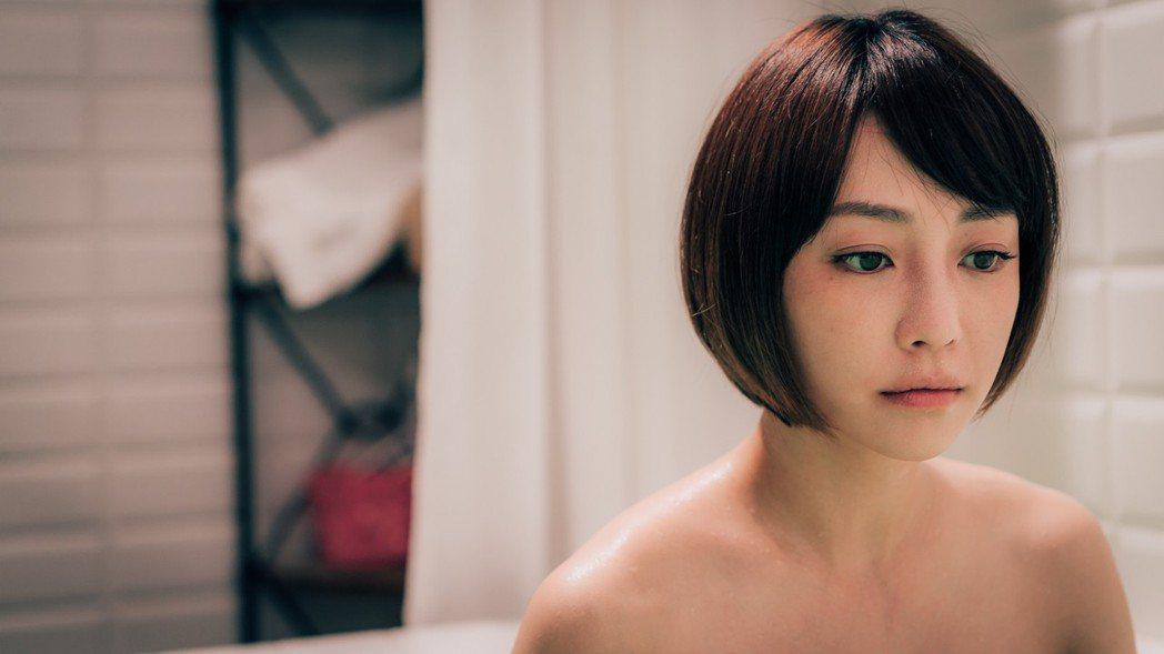 謝欣穎為「1006房客」大膽裸露拍共浴戲。圖/歐銻銻娛樂提供
