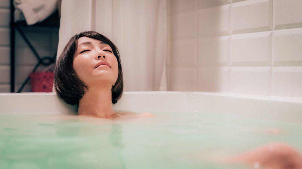 謝欣穎為「1006房客」拍共浴戲。圖/歐銻銻娛樂提供