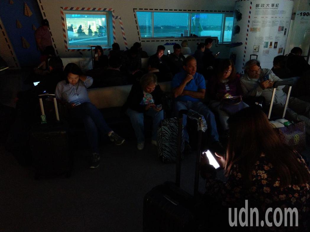 桃園機場二航廈晚間發生跳電,旅客大廳及餐廳一片漆黑。記者鄭超文/攝影