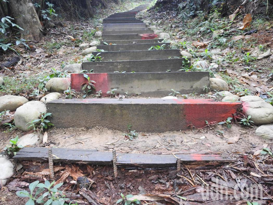 九九峰森林步道疑因長期風吹日曬和雨淋,部分木棧道腐朽,甚至崩解,看起來相當危險。...