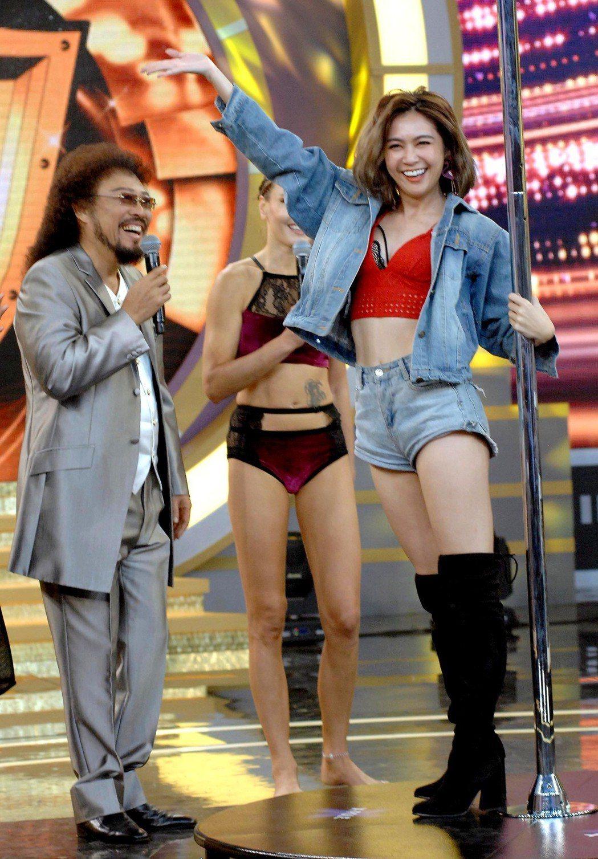 安苡愛(右)跳鋼管舞,張菲看得開心大笑。圖/華視提供