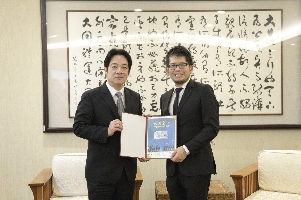 行政院長賴清德與YouTube影音共享平台創辦人Steve Chen(右)合影。...