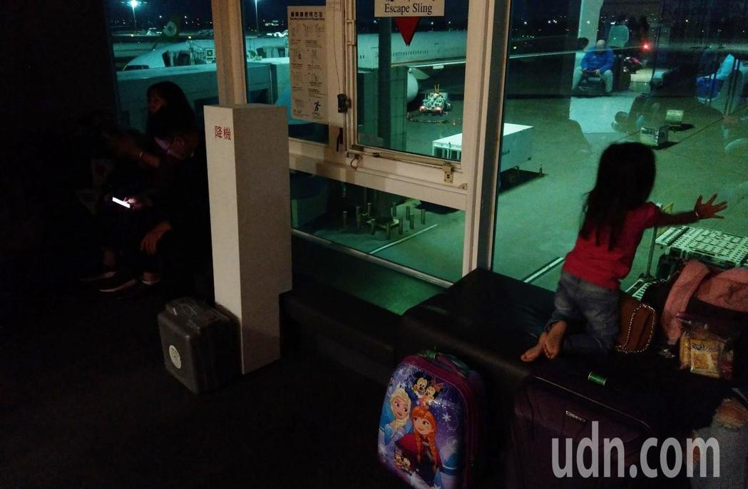 桃園機場二航廈晚上發生跳電,候機室一片漆黑。記者鄭超文/攝影