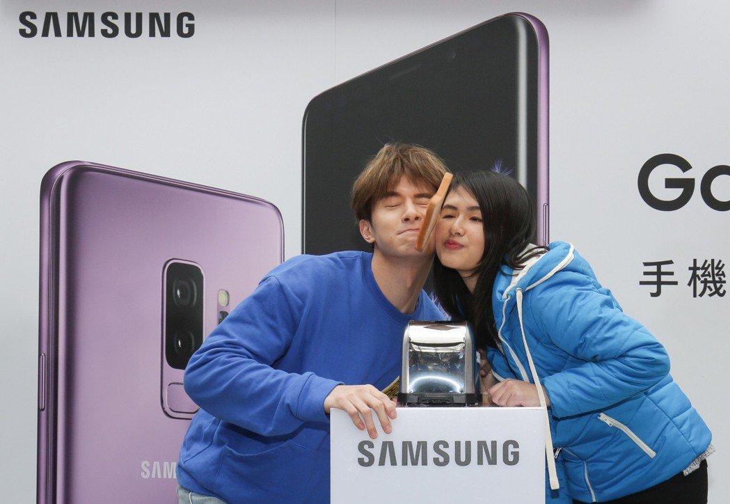 張軒睿出席手機活動,和粉絲互動臉夾吐司。圖/三星Galaxy提供