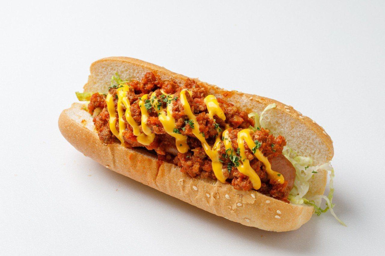 墨西哥風味的「辣味起司肉醬熱狗堡」。圖/富邦旅管提供