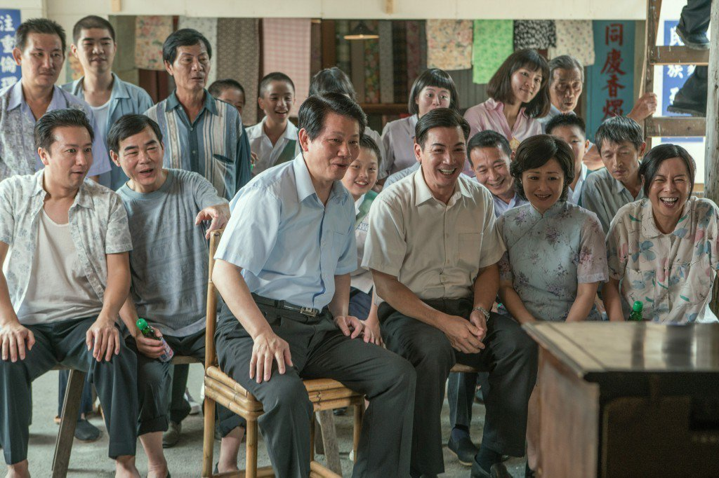 伊正(中)拍「黃金大天團」重溫兒時全村人看電視回憶。圖/大愛提供