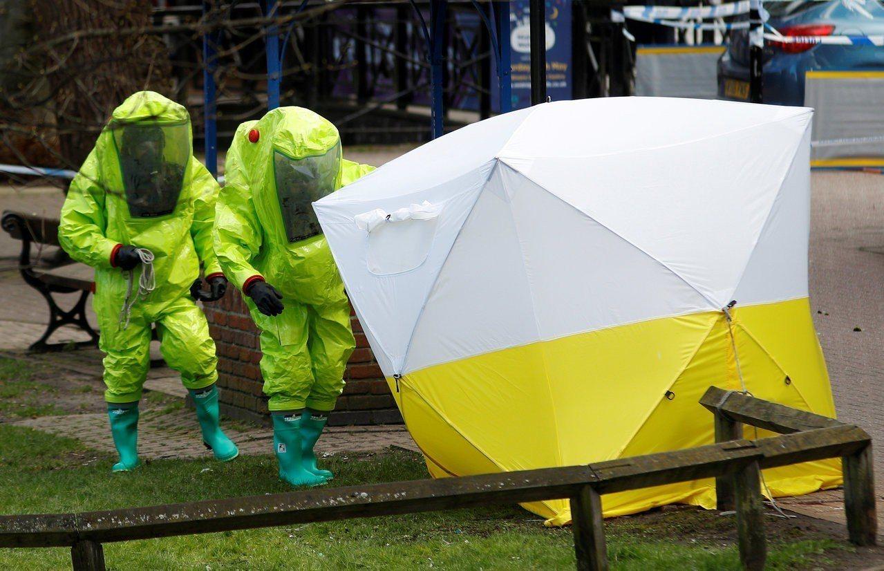 英國警方在案發現場的長椅上搭起鑑識帳篷,穿化學服的人員正在調查跡證。(路透)