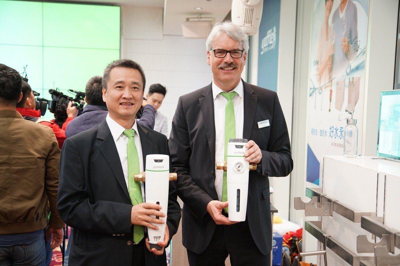 世磊集團董事長曾增沐(左)、德國grunbexk格溫拜克原廠代表Armin Sc...