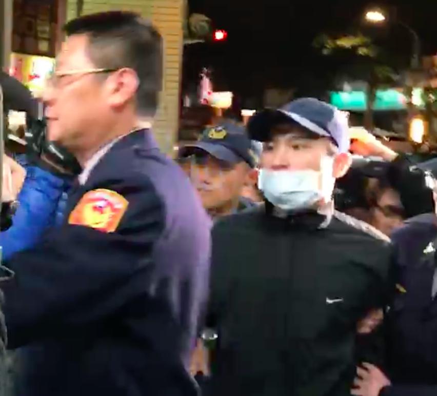 李男被員警帶回長安東路派出所。記者李承穎/翻攝