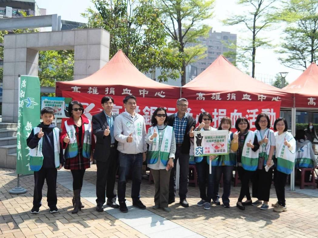 高雄銀行副總經理徐翠梅(左二起)、總經理王進安、高雄市議員李柏毅共同出席活動。...