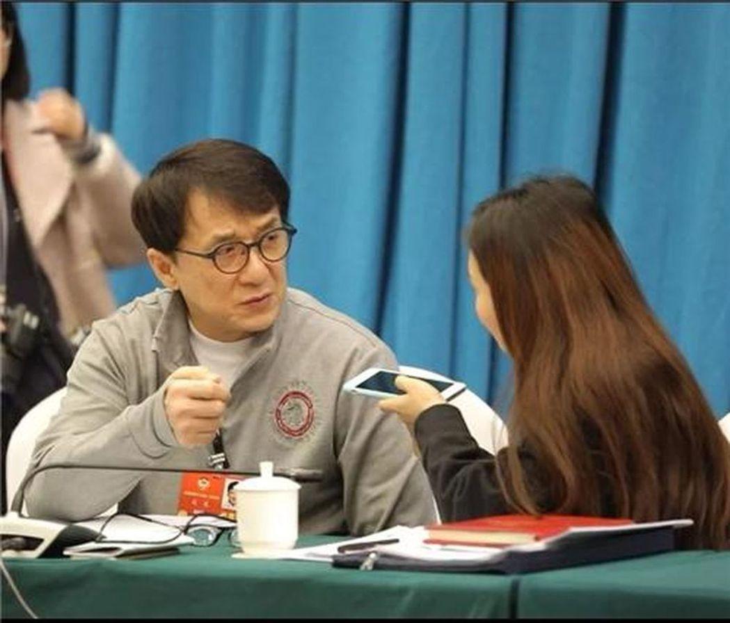 全國政協委員成龍在接受記者採訪時表示,他將捐出收藏的全部古建築和收藏品。 世界日...