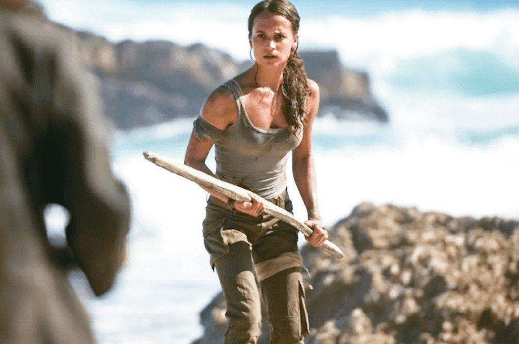 艾莉西亞維坎德接班裘莉,演出新一代的「古墓奇兵」。 華納兄弟影業/提供