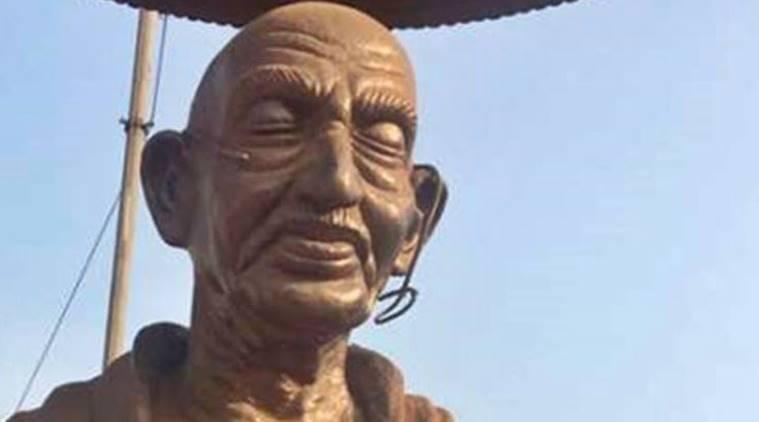 聖雄甘地的雕像遭人砸石,眼鏡破裂。 圖/翻攝自網路