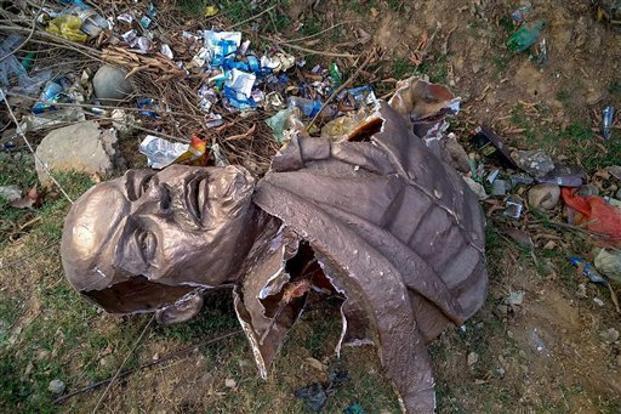 在東北部特里普拉邦,一座列寧的雕像遭推倒拆毀。 圖/翻攝自網路