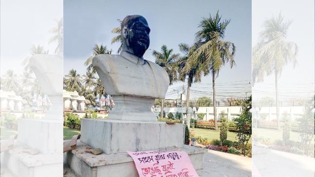 政治家穆克里的雕像遭人毀損。 圖/翻攝自網路