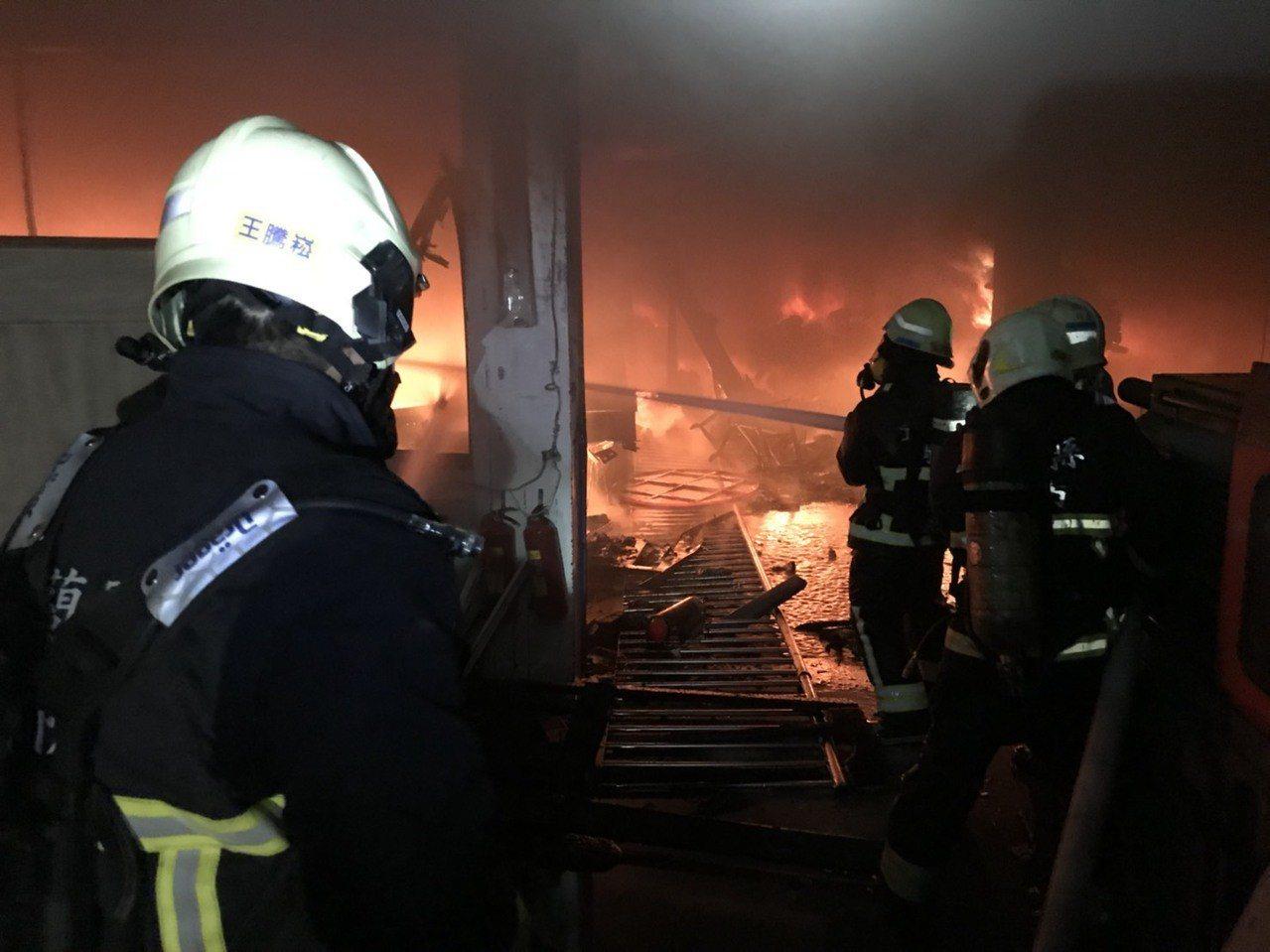 宜蘭一成衣廠今晨大火,消防局搶救中。圖/宜蘭縣消防局提供
