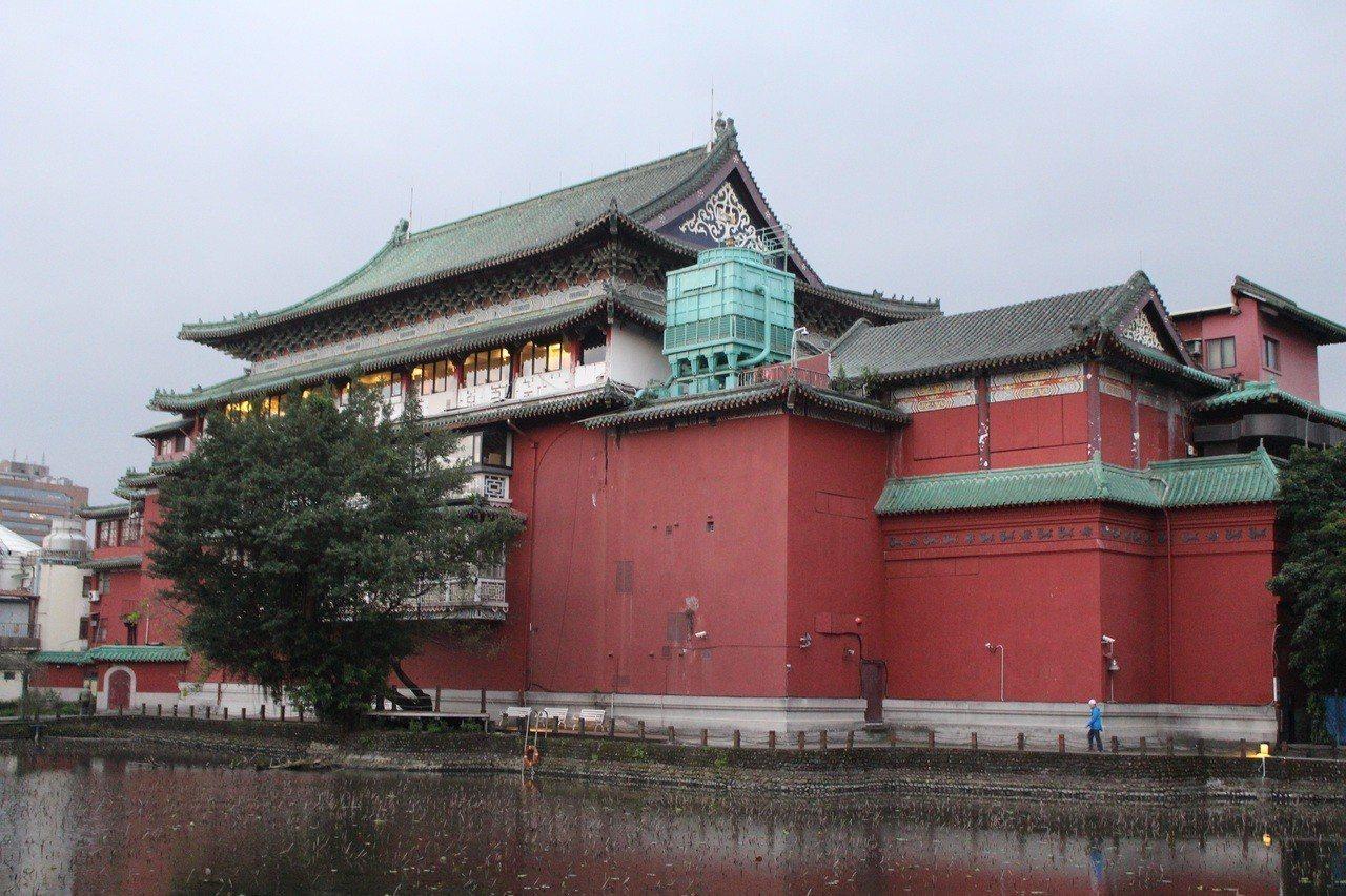 荷花池畔紅牆綠瓦的史博館,是台北的重要一景。記者陳宛茜/攝影