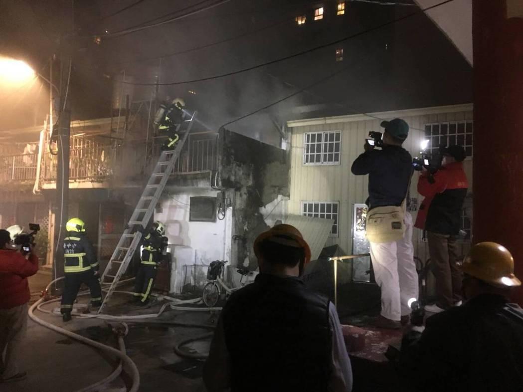 台中市東區建成路370巷的透天民宅,昨天凌晨傳出火警,林姓女子被反鎖屋內,警消破...