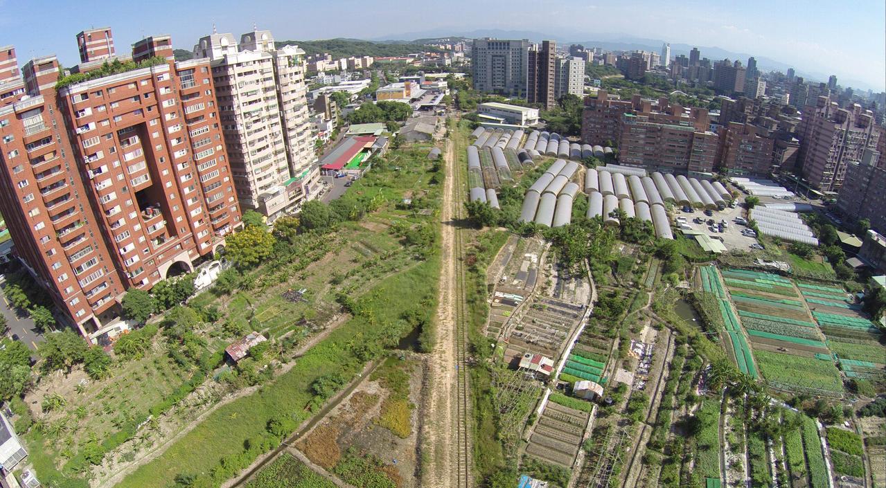 桃園市政府為有效利用桃林鐵路廊帶,之後將施作自行車道及休憩綠帶工程。圖/市府提供