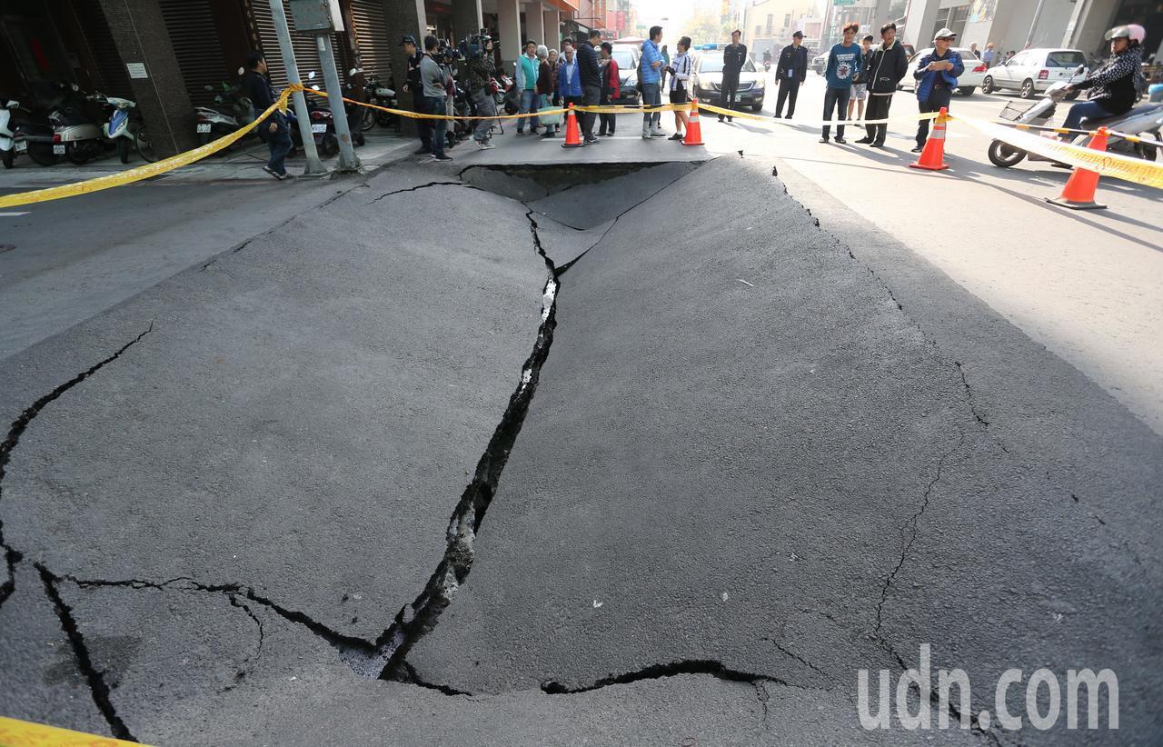 高雄市鹽埕區大仁路、新興街口,今天上午突然發生路面下陷意外,在一聲「轟隆」巨響後...