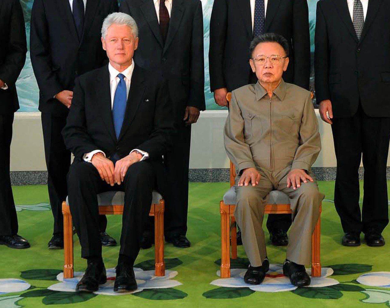 美國前總統柯林頓(左)於2009年8月4日在平壤會見當時的北韓領導人金正日(右)...