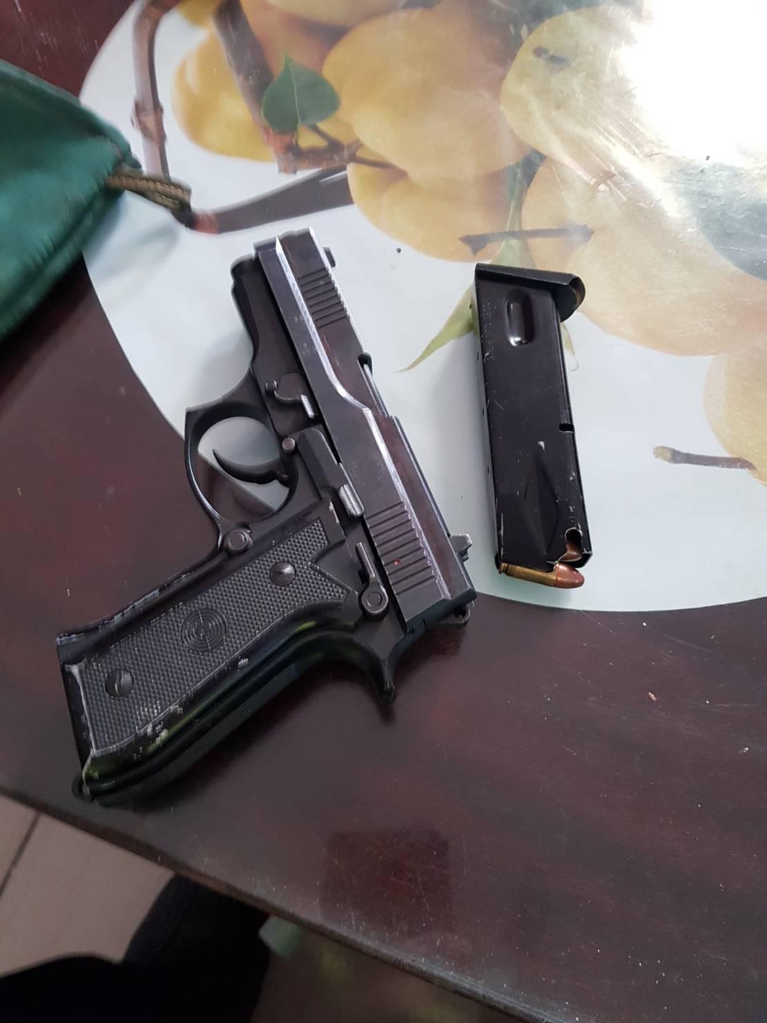 李男將槍枝等藏在花生下面,被眼尖的警方全翻出來。圖/警方提供