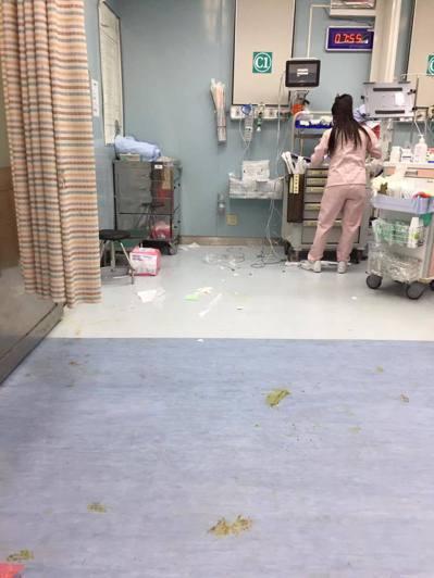 照片是一早準備接班的護理師,衣服換好、頭髮還沒綁好,穿過上一班的「戰場」,盤點急...