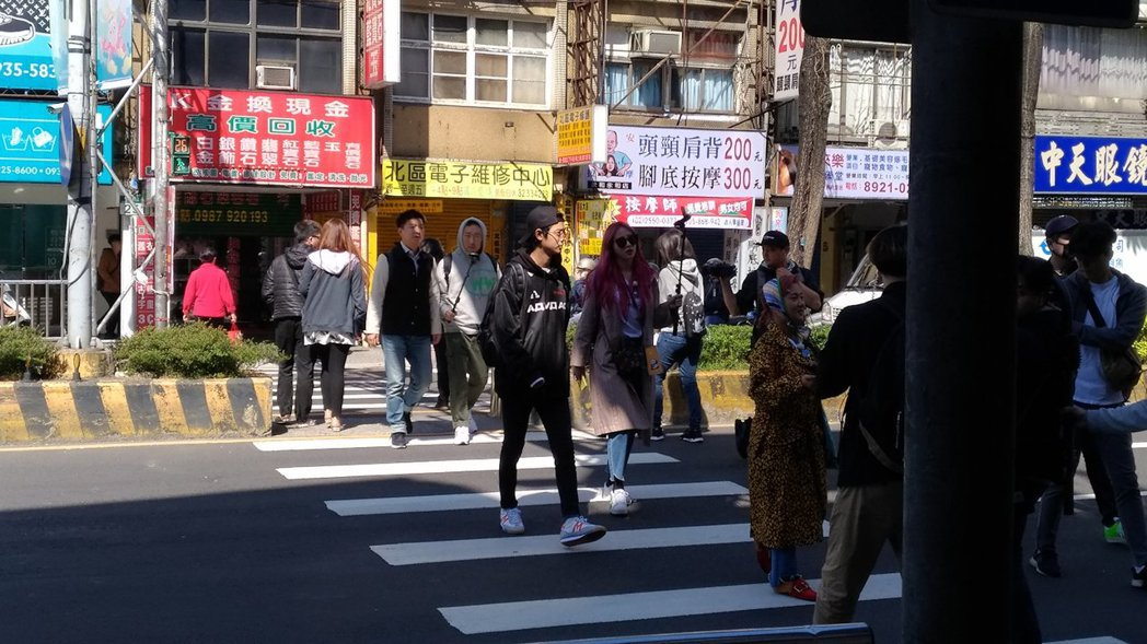 哈妮步行前往豆漿店。圖/讀者提供