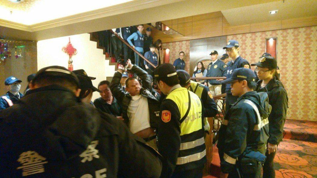 檢警臨檢理容院,查獲黃姓男子(舉手者)涉毒品案被通緝。記者林保光/翻攝