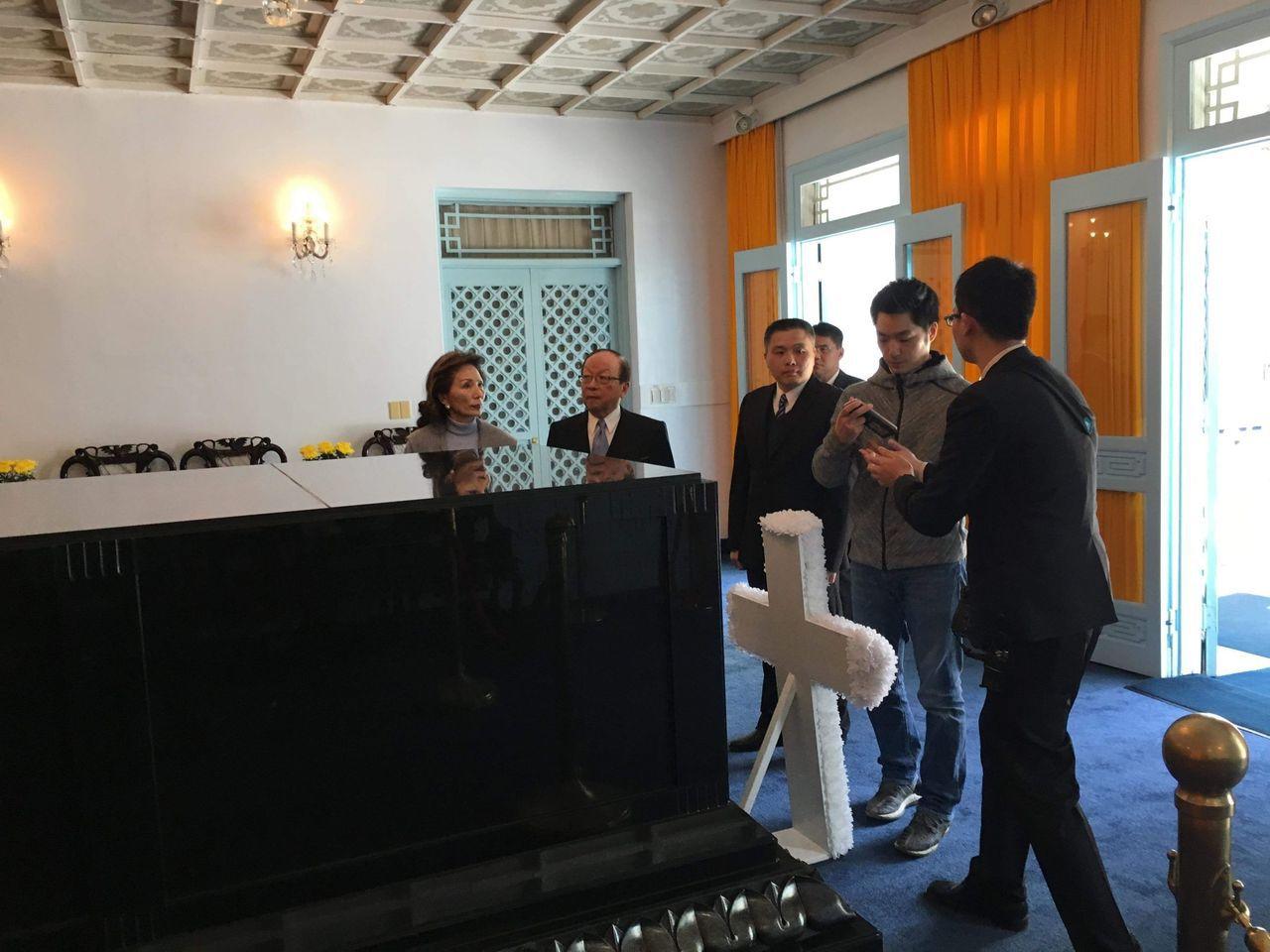 國民黨立委蔣萬安(右二)一早與家人親赴桃園慈湖陵寢。蔣萬安辦公室提供