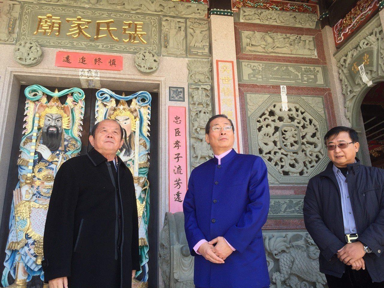 中華統一促進黨總裁張安樂(中)今天到金沙鎮青嶼的張氏家廟祭祖,受到張氏族人的熱烈...