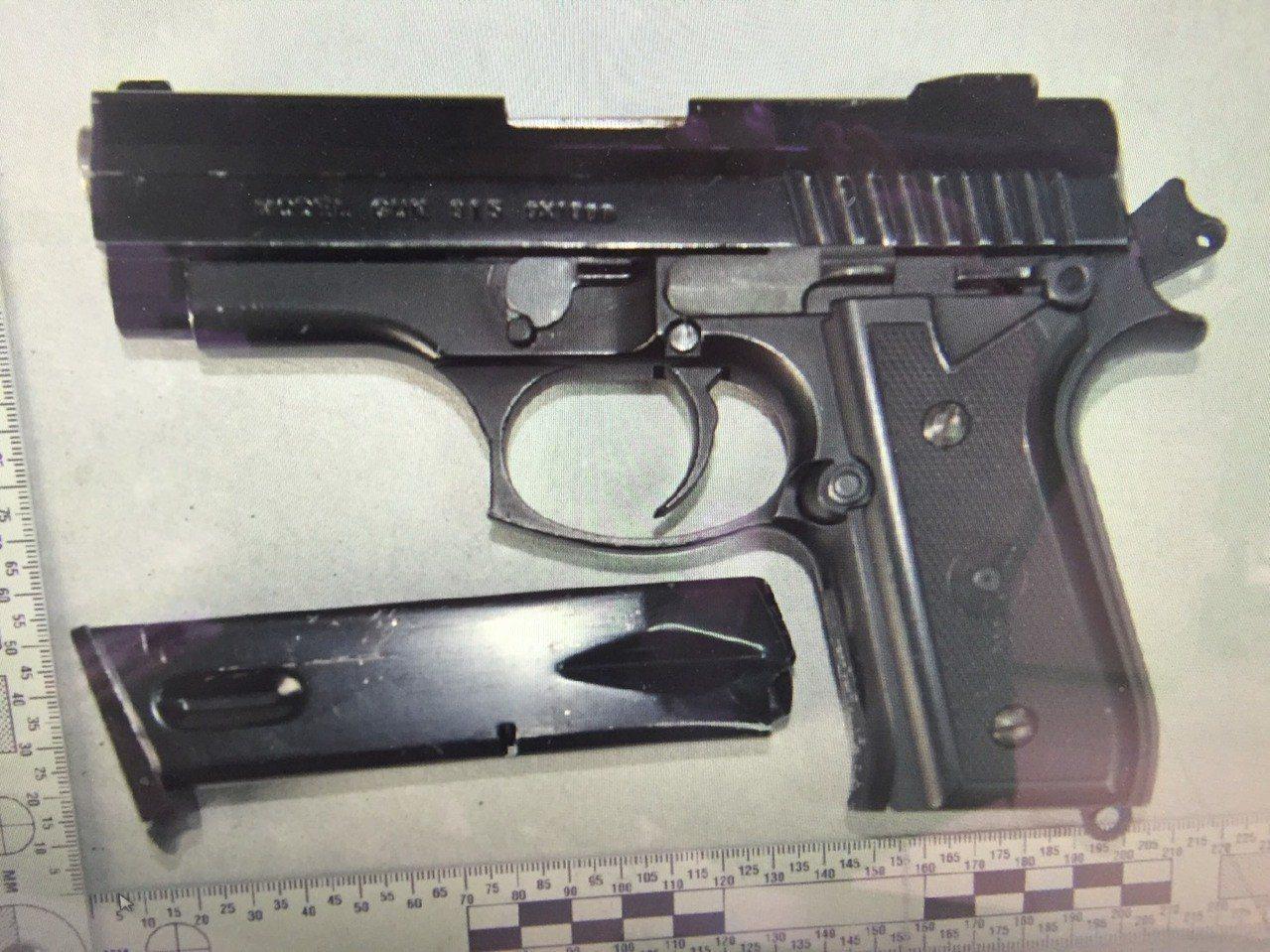 仿「金牛座」改造手槍藏在臥室衣櫃。圖/警方提供