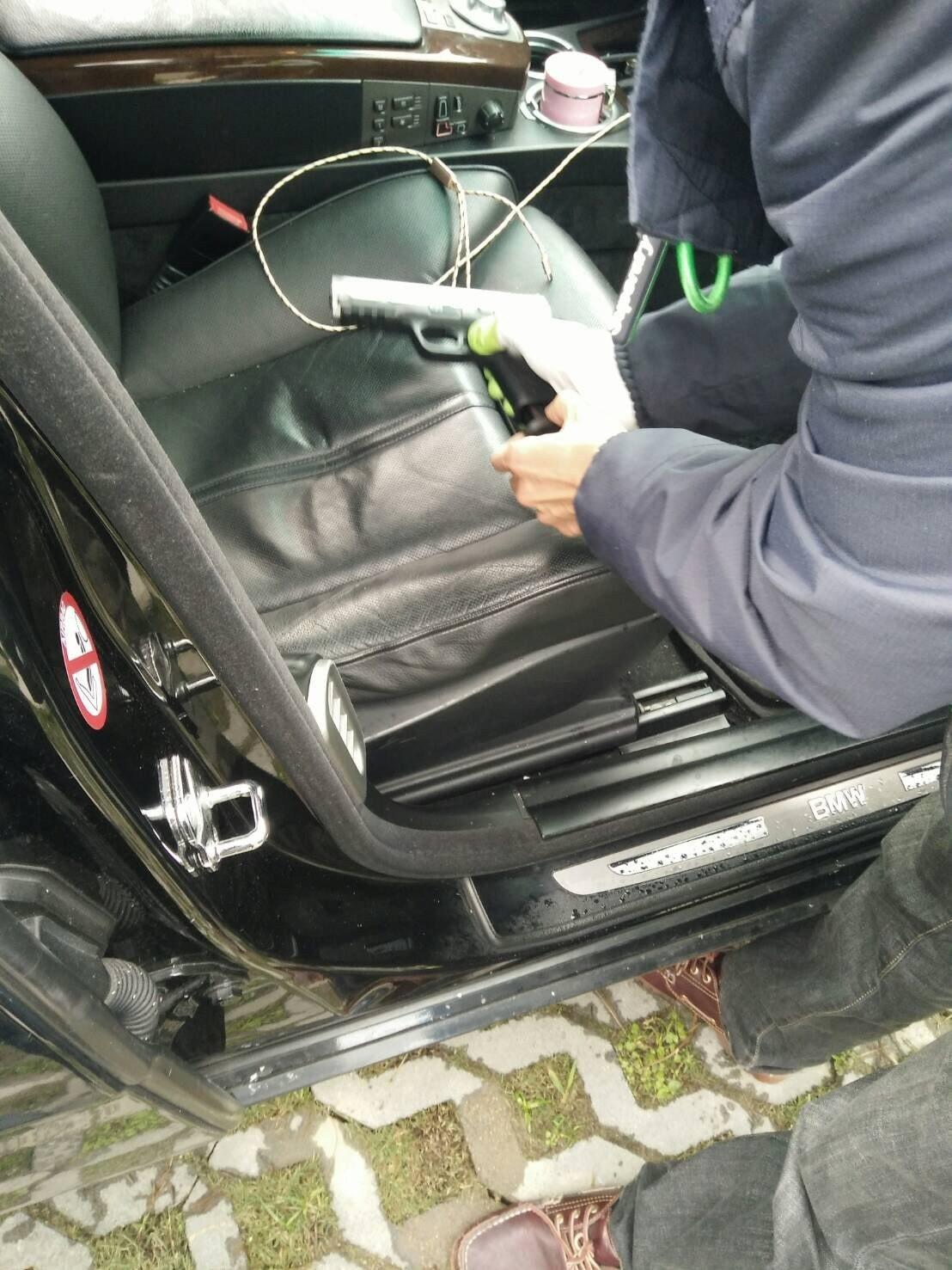 警方在陳男車上查獲1把玩具假槍。圖/警方提供