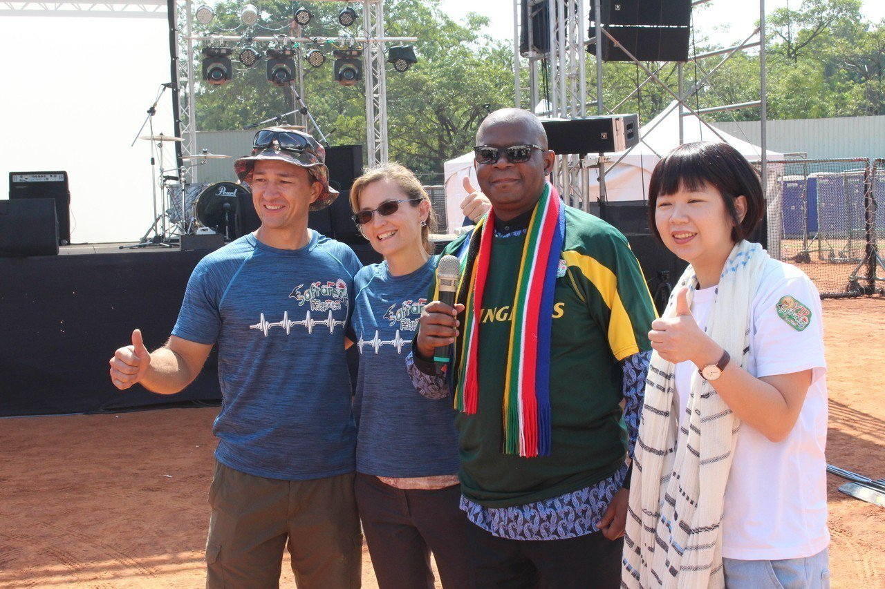 南非文化祭今天在嘉義市運三棒球場登場,南非聯絡辦事處代表麥哲培(右二)表示,南非...