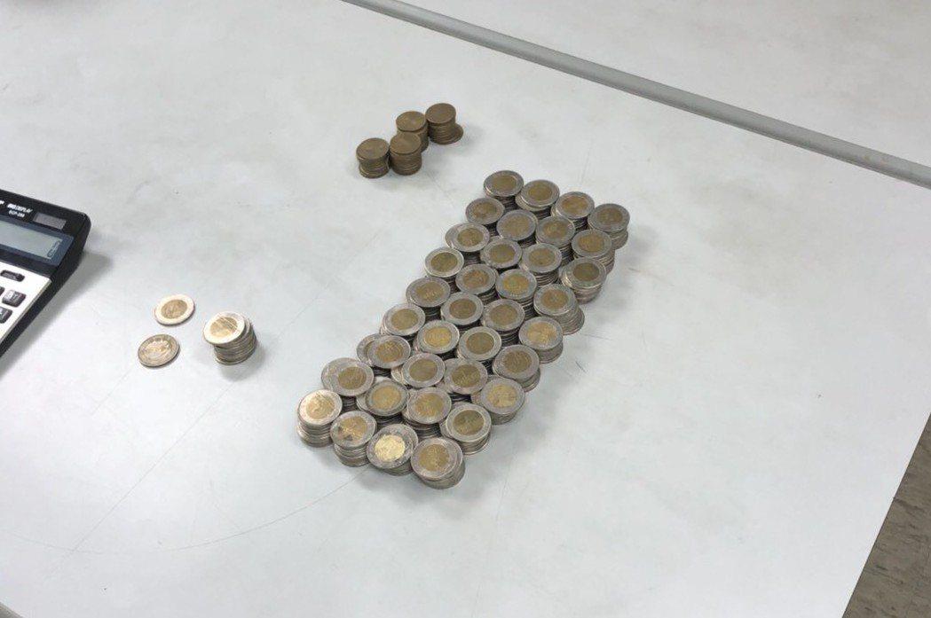 警方查後李男撿到的50元硬幣。記者蕭雅娟/翻攝