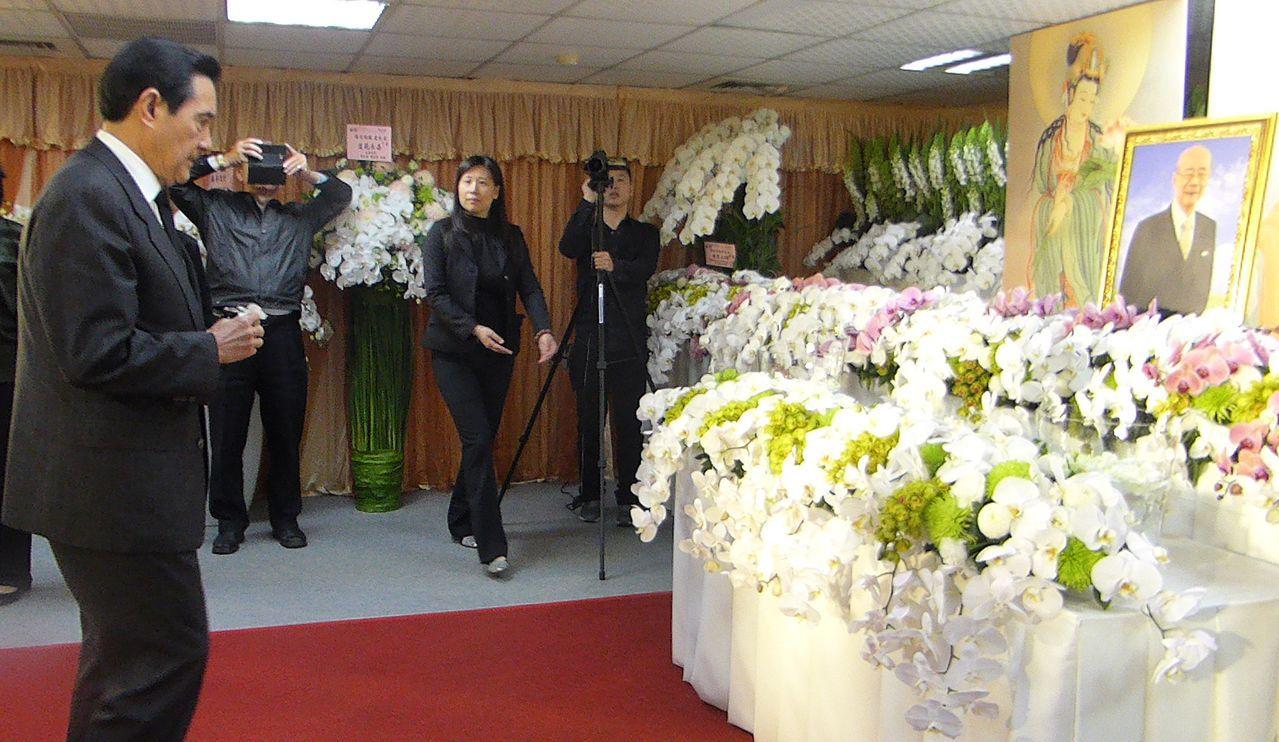 前總統馬英九今天南下高雄,到已故前高雄市議會議長陳田錨靈堂致唁。記者楊濡嘉/攝影
