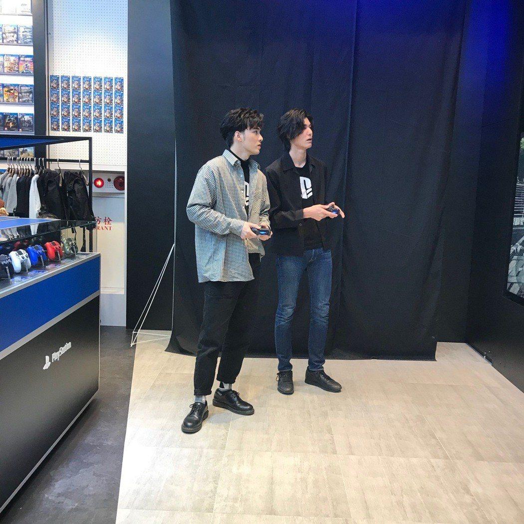 SpeXial偉晉( 左)、風田出席電玩活動。圖/可米提供