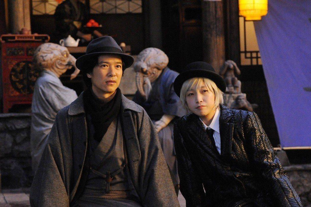 安藤櫻(右)與堺雅人(左)在「鎌倉物語」有精彩合作。圖/中影提供