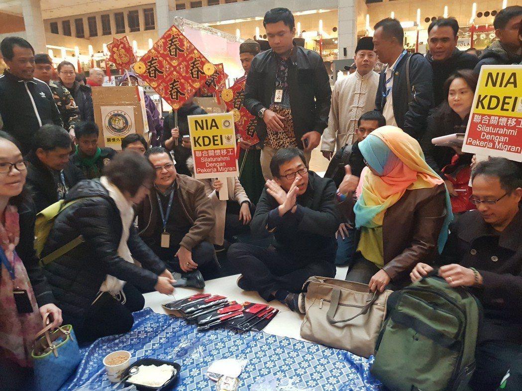 移民署長楊家駿日前至台北火車站大廳關懷移工,傾聽移工們來台心聲。圖/移民署提供