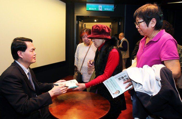 台北神經醫學中心副院長蔣永孝出席「神經不神經」新書分享會,幫聽眾在新書上簽名。...
