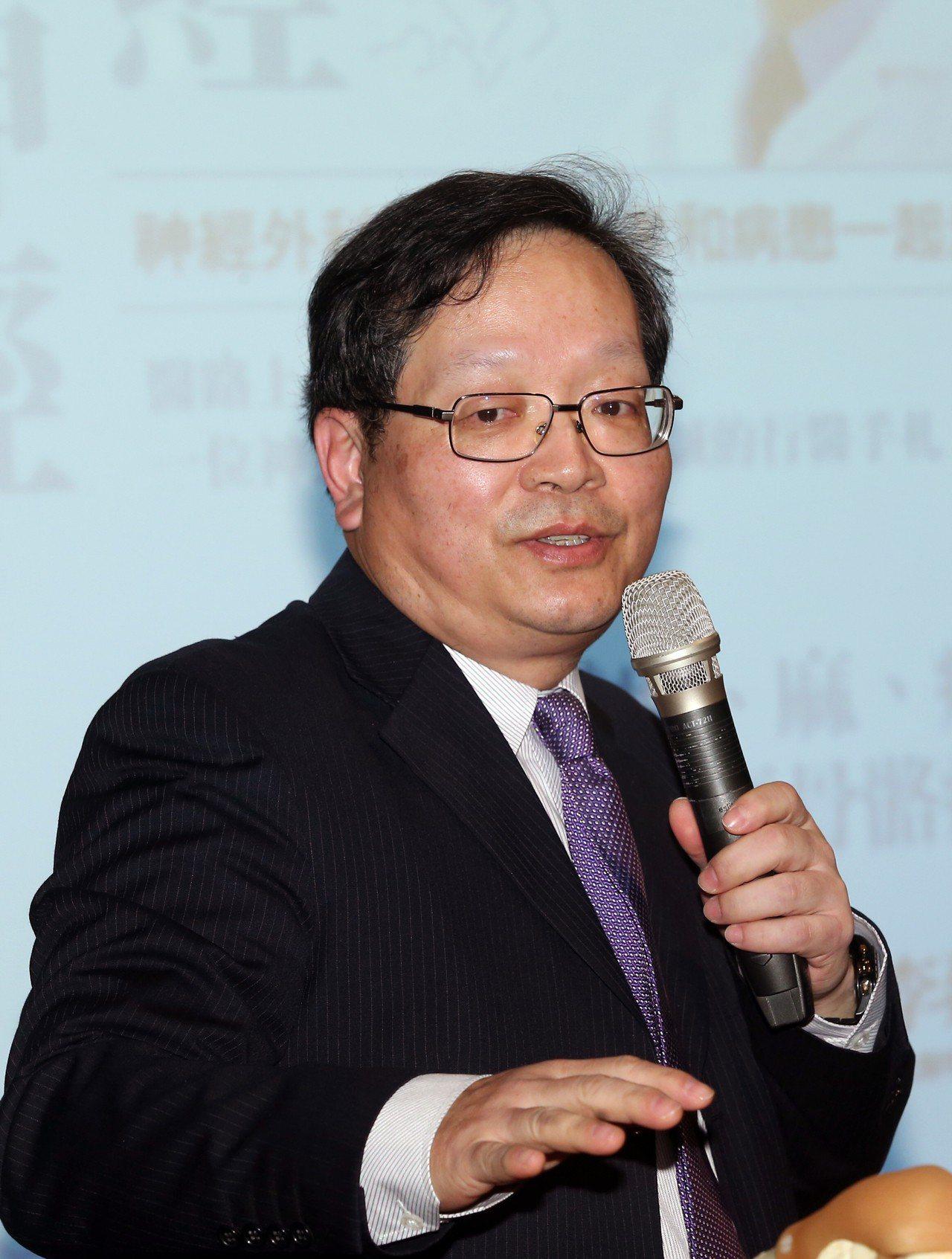 台北醫學大學附設醫院骨科主任李建和出席「神經不神經」新書分享會。記者徐兆...
