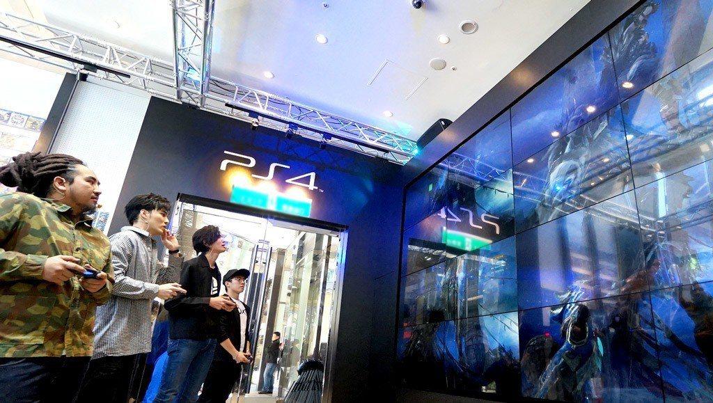 全台第一間PlayStation新型態概念店的200吋超大螢幕,讓MATZKA與...