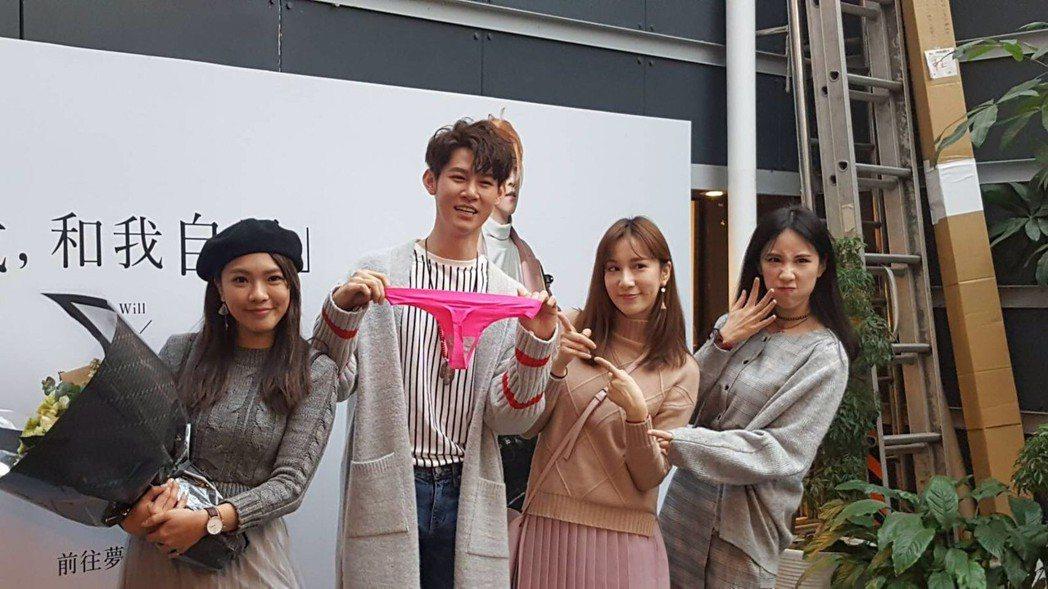 夏和熙辦新書簽名會,演藝圈好友來站台,還送上粉紅丁字褲。圖/時報文化提供