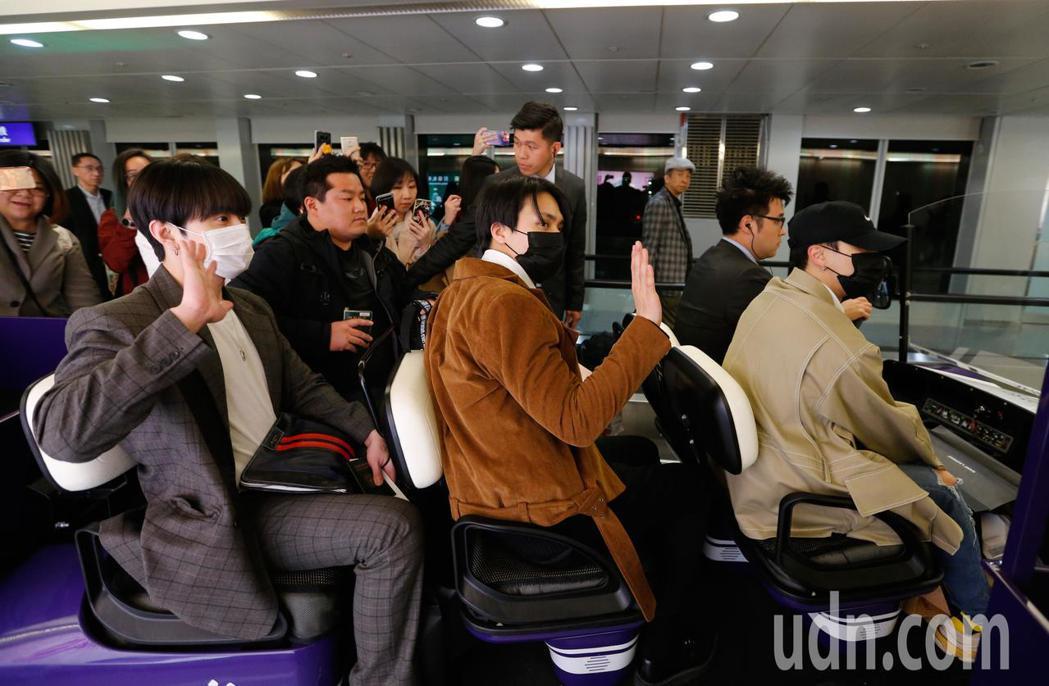 韓團「Highlight」成員龍俊亨、李起光、孫東雲傍晚搭乘KE-693班機率先...