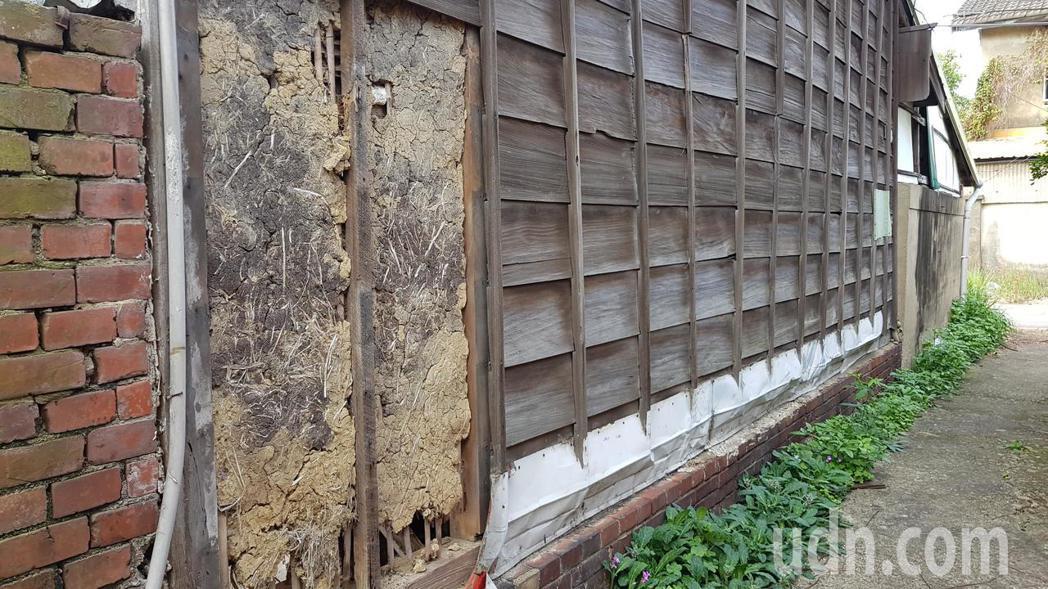 苗栗市鐵路一村日式建築的竹編夾泥牆裸露、損毀,文觀局將展開修繕。記者黃瑞典/攝影