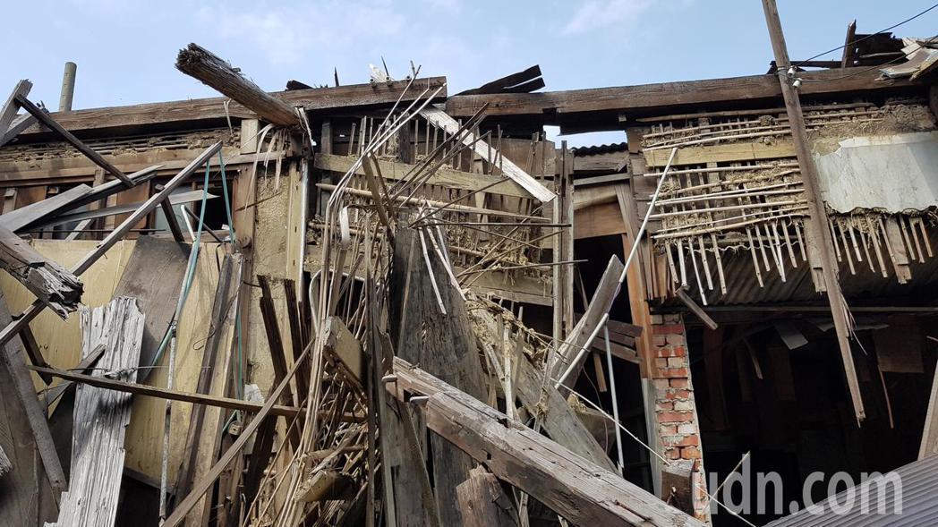 苗栗市鐵路一村日式建築的屋頂塌陷、竹編夾泥牆裸露、損毀,文觀局將展開修繕。記者黃...