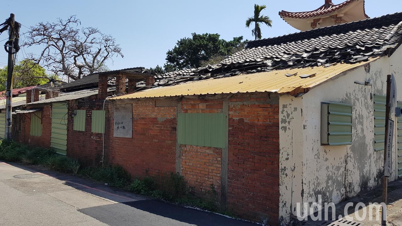 苗栗市鐵路一村部分宿舍屋頂已經塌陷損毀,文觀局將展開修繕。記者黃瑞典/攝影