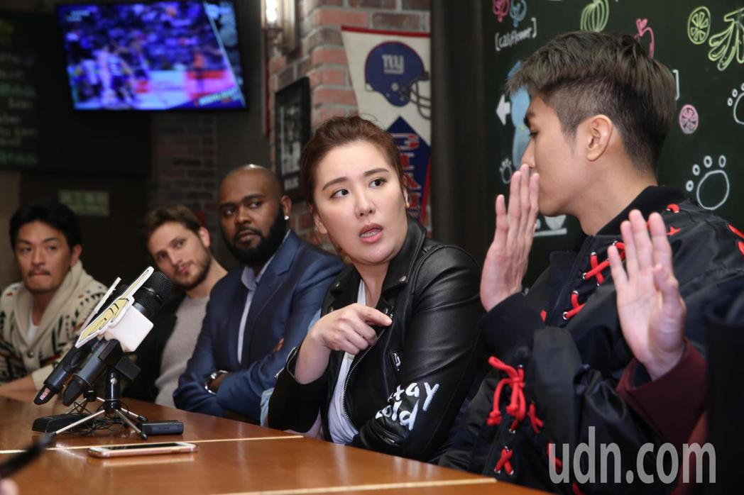 藝人小禎(中)攜手綜藝節目二分之一強的外籍型男一起做慈善公益,她將與這群外籍型男...