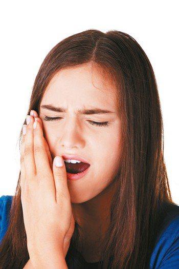 當發現不能順利張嘴咬東西,或顳顎關節周圍的咀嚼肌群疼痛,很可能就是顳顎關節障礙症...