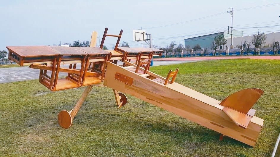 苗栗縣外埔國小籌辦百年校慶,動員3名校長、用了17張廢棄課桌椅打造「夢想號」飛機...